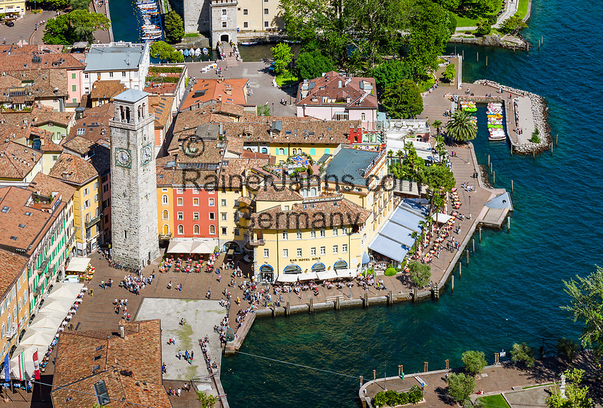Italy, Trentino, Riva del Garda: popular holiday resort at Lake Garda (Lago di Garda) with tower Torre Apponale at Piazza Tre Novembre | Italien, Trentino, Riva del Garda: beliebter Urlaubsort am Nordufer des Gardasees mit dem Torre Apponale auf der Piazza Tre Novembre