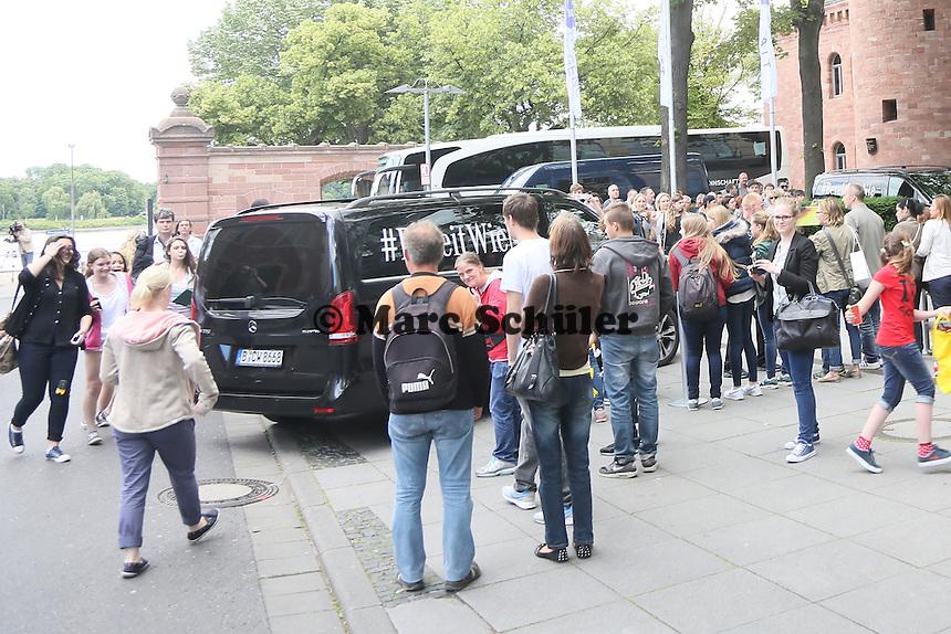 Teamankunft zwischen den Fans am Hyatt in Mainz - Teamankunft Nationalmannschaft in Mainz