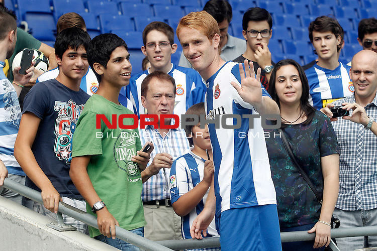 Espanyol's new player Alex Fernandez with the supporters during his official presentation. August 29, 2013. Foto © nph / Acero)