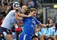 Handball Frauen Champions League 2013/14 - Handballclub Leipzig (HCL) gegen RK Krim Ljubljana am 13.10.2013 in Leipzig (Sachsen). <br /> IM BILD: Karolina Kudlacz (HCL) am Ball gegen Andjela Bulatovic (l., Krim) und Barbara Lazovic-Varlec (r., Krim)<br /> Foto: Christian Nitsche / aif