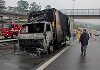 SÃO PAULO,SP, 09.11.2015 - ACIDENTE-SP - Incêndio atinge caminhão na rodovia Anhanguera no km 17 sentido São Paulo no bairro de Vila Jaguára região oeste da cidade na manhã desta segunda-feira (09). ( Foto : Marcio Ribeiro / Brazil Photo Press)