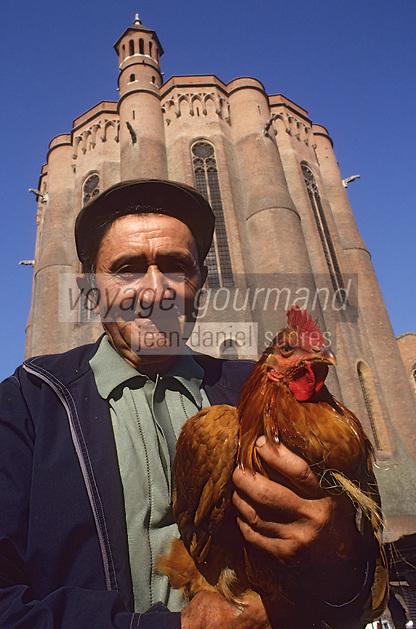 Europe/France/Midi-Pyrénées/81/Tarn/ Albi: Agriculteur vendant ses volailles au marché paysan, en fond le chevet de la cathédrale [Non destiné à un usage publicitaire - Not intended for an advertising use]<br /> PHOTO D'ARCHIVES // ARCHIVAL IMAGES<br /> FRANCE 1990