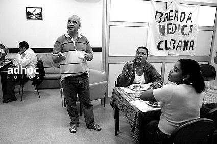 ©Javier Calvelo/ URUGUAY/ MONTEVIDEO/ Fotorreportaje/  Hospital de Ojos Saint Bois/ Fotorreportaje. El Hospital de Ojos Saint Bois paso ya las 1200 operaciones a uruguayos..El Director del Hospital de Ojos, Dr. Yamandú Bermúdez, me permitio hacer un seguimiento de los pacientes en las diferentes etapas dentro del hospital.. Salud Pública tiene pesquisados 3258 pacientes de Salud Pública con indicación quirúrgica, de esa cifra, unos 2712 son cataratas. El objetivo en lo inmediato es solucionar los casos de ceguera reversible como es el caso de las cataratas..El Hospital de Ojos integra el Plan de Salud Ocular por lo que resuelve toda la demanda asistencial, pero también cuenta con un Departamento de Prevención que se ocupa de captar patologías de detección precoz como la ambliopía ó pérdida funcional de la vista que al día de hoy sería la segunda causa de ceguera en Uruguay. .2008-06-06 dia viernes.foto: Javier Calvelo.