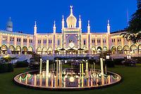 Denmark, Zealand, Copenhagen: Tivoli Gardens. The Nimb Building and 5-stars-Hotel at dusk | Daenemark, Insel Seeland, Kopenhagen: Der Tivoli, ein weltbekannter Vergnuegungs- und Erholungspark. Das Nimb Hotel, ein 5-Sterne-Luxushotel zur Abenddaemmerung