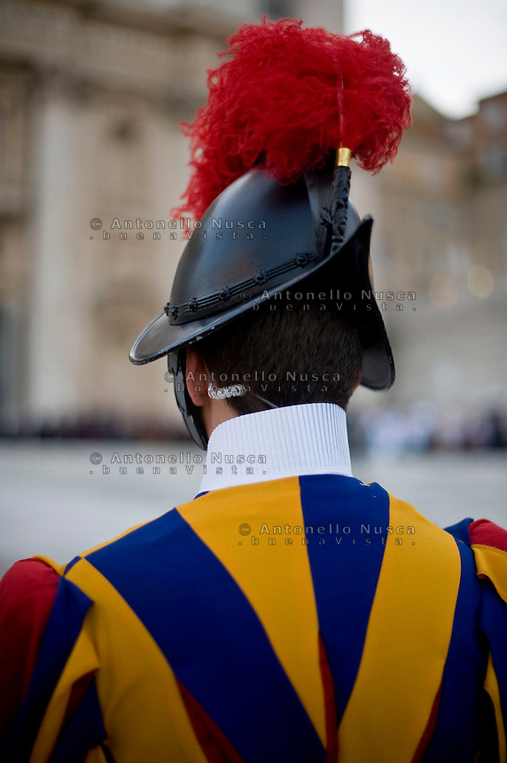 Una Guardia Svizzera in servizio in Piazza San Pietro.