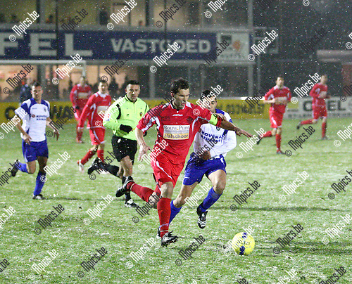 2010-01-17 / voetbal / Hoogstraten VV - KSK Heist / Aanvoerder Peter Meeusen met een snelle counter voor Hoogstraten.
