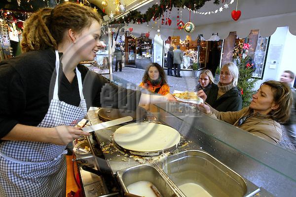 AACHEN-GERMANY- 27  NOVEMBER  2003 --The Aachen Christmas market.-- Freshly baked crêpes is a convenient snack. --PHOTO:  JUHA ROININEN / EUP-IMAGES