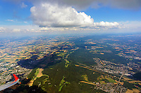 Wolkenstrasse Teuteburger Wald: EUROPA, DEUTSCHLAND, NIEDERSACHSEN, NORDRHEIN WESTFALEN (EUROPE, GERMANY), 04.08.2013: Wolkenstrasse Teuteburger Wald, Cumuls Wolkenstrasse als Konfektionslinie ueber den Huegeln.  Der Teutoburger Wald (umgangssprachlich Teuto genannt) ist ein bis 446,1 m &uuml;. NN hoher Mittelgebirgszug des Nieders&auml;chsischen Berglandes nahe Osnabr&uuml;ck und bei Bielefeld in Niedersachsen und Nordrhein-Westfalen.<br /> Bekannt ist das Mittelgebirge durch die Schlacht im Teutoburger Wald zwischen R&ouml;mern und Germanen im Jahr 9 n. Chr. Zu den touristischen Anziehungspunkten geh&ouml;ren das Hermannsdenkmal sowie die Naturdenkm&auml;ler der Externsteine und D&ouml;renther Klippen. H&ouml;chster Berg ist der Barnacken.