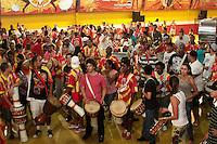 SAO PAULO, SP, 31 JANEIRO 2013 - ENSAIO DE RUA TOM MAIOR - Faltando poucos dias para o carnaval, o Grêmio Recreativo da Escola de Samba Tom Maior, faz  o último  ensaio de rua, na noite dessa quinta-feira(31) nos arredores da quadra, região do Bom Retiro, zona central da capital -     FOTO: LOLA OLIVEIRA - BRAZIL PHOTO PRESS