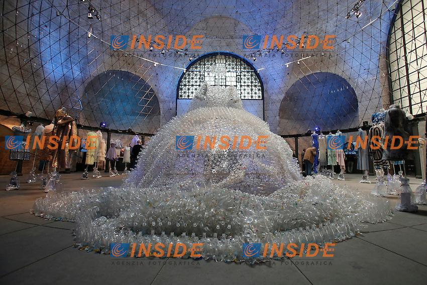 'La Regina' di Enrica Borghi, opera fatta interamente con bottiglie di plastica<br /> 'The Queen' by Enrica Borghi, made with plastic bottles<br /> Roma 03-04-2016 Terme di Diocleziano. Mostra 'In Acqua: H2O molecole di creativita'. Decine di stilisti hanno creato, per l'occasione, abiti, accessori e gioielli che richiamano l'acqua.<br /> Diocleziano Thermae. Exhibition 'In water: H2O molecules of creativity'.Tens of famous stylists created dresses, accessories and jewels that recall water.<br /> Photo Samantha Zucchi Insidefoto