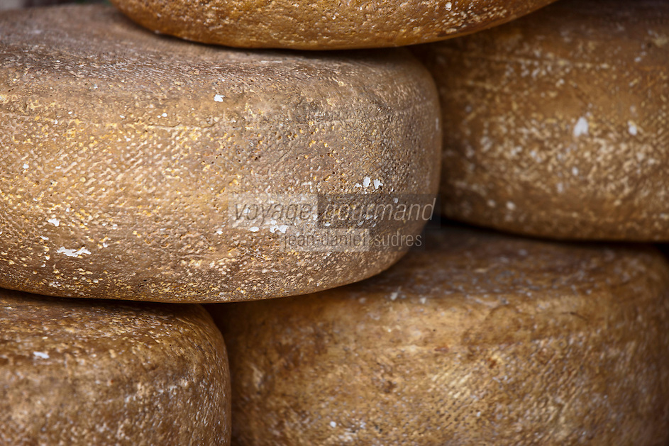 Europe/France/Aquitaine/64/Pyrénées-Atlantiques/Pays-Basque/Espelette: Fromage AOC Ossau-Iraty sur un étal - Fromage au Lait de brebis