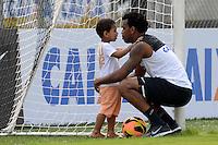SÃO PAULO,SP, 02.09.2013 TREINO/CORINTHIANS/SP - Gil brinca com seu filho  durante treino do Corinthians no CT Joaquim Grava na zona leste de Sao Paulo. (Foto: Alan Morici /Brazil Photo Press).