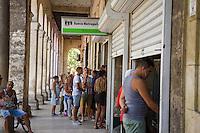 HAVANA, CUBA, 23.07.2015 –  Moradores de Havana em Cuba na fila do banco no centro da cidade.(Foto: Paulo Lisboa/Brazil Photo Press)