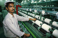INDIA, Khargoan, Maikaal Fibres Ltd. cotton spinning mill, processing of organic cotton / INDIEN, Maikaal Spinnerei, Verarbeitung von Biobaumwolle