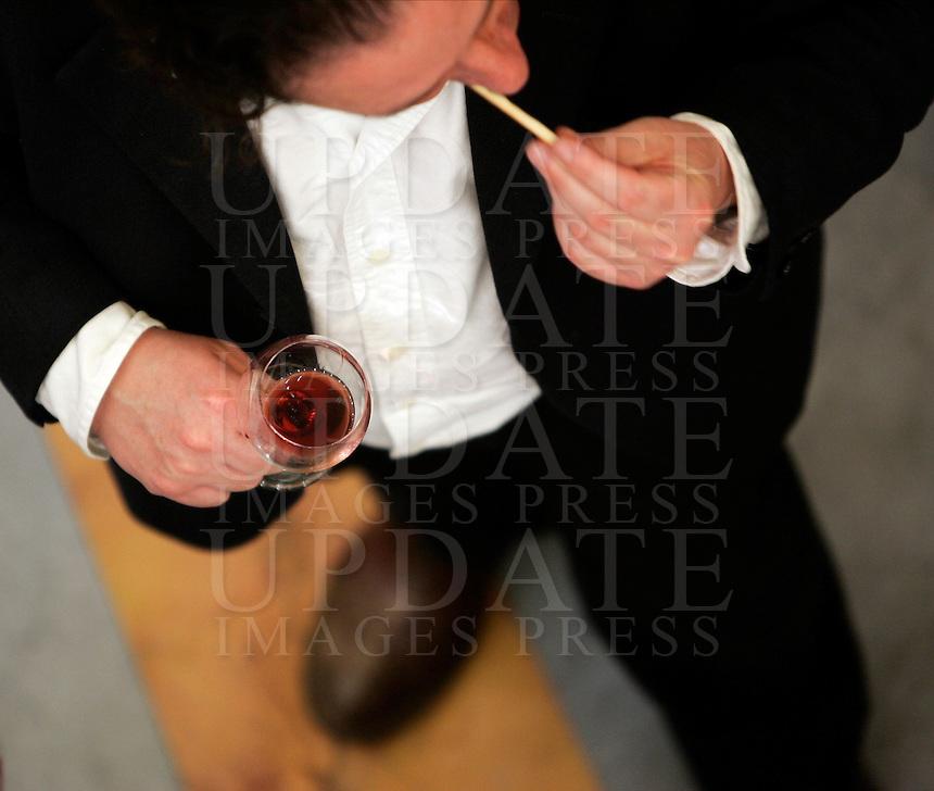 Ultima giornata del Roma Wine Festival, 2 marzo 2008..A visitor holds a glass of wine at the Rome Wine Festival, 2 march 2008..UPDATE IMAGES PRESS/Riccardo De Luca