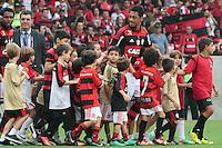 RIO DE JANEIRO, 18.05.2014 - Hernane do Flamengo entra no gramado rodeado de crianças para o jogo contra São Paulo pela quinta rodada do Campeonato Brasileiro disputado neste domingo no Maracanã. (Foto: Néstor J. Beremblum / Brazil Photo Press)