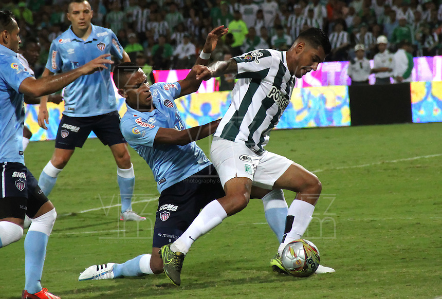 MEDELLÍN -COLOMBIA-20-12-2015. Jefferson Duque (Der) jugador de Atlético Nacional disputa el balón con William Tesillo (Izq) jugador de Atlético Junior durante partido de vuelta de la final de la Liga Aguila II 2015 entre Atlético Nacional y Atlético Junior jugado en el estadio Atanasio Girardot de la ciudad de Medellín. / Jefferson Duque (R) player of Atletico Nacional vies for the ball with William Tesillo (L) player of Atlético Junior during second leg match of the final of Aguila League II 2015 between Atletico Nacional and Atletico Junior played at Atanasio Girardot stadium in Medellin city. Photo: VizzorImage/ Felipe Caicedo / Staff