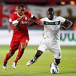 Nederland, Enschede, 30 augustus 2012.Europa League voorronde.FC Twente-Bursaspor (4-1).Alfred N'Diaye (r.) van Bursaspor en Leroy Fer (l.) van FC Twente strijden om de bal.