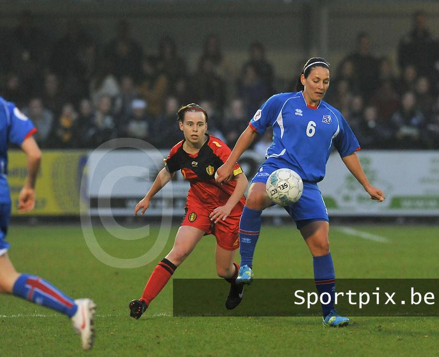Qualification Women's Euro 2013 - Belgium - Iceland ; Belgie - Ijsland ; Armand Melis Stadion Dessel :.Holmfridur Magnusdottir aan de bal voor Stefanie Van Broeck.foto DAVID CATRY / Vrouwenteam.be
