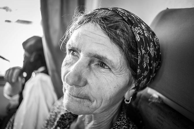 Eine Frau auf der Rückfahrt, nachdem sie die Milch ihrer einzigen Kuh auf dem Markt in Tirana verkauft hat.