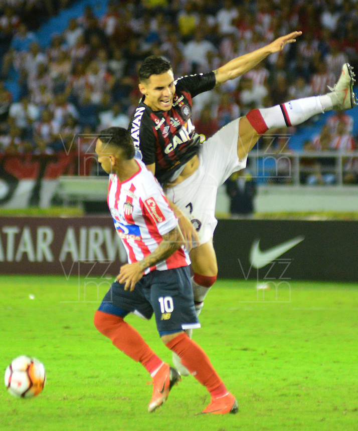 BARRANQUIILLA - COLOMBIA, 05-12-2018:Jarlam Barrera (Izq.) de Junior disputa el balón con Rapahel Veiga (Der.) del Paranaense durante el encuentro entre Atlético Junior de Colombia e Atlético Paranaense de Brasil por la final, ida, de la Copa CONMEBOL Sudamericana 2018 jugado en el estadio Metropolitano Roberto Meléndez de la ciudad de Barranquilla. /Jarlam Barrera(L) of Junior struggles for the ball with Rapahael Veiga (R) of Paranaense during a final first leg match between Atletico Junior of Colombia and Atlético Paranaense of Brazil as a part of Copa CONMEBOL Sudamericana 2018 played at Roberto Melendez Metropolitan stadium in Barranquilla city Atlético Junior de Colombia y Atlético Paranaense de Brasil en partido por la final, ida, de la Copa CONMEBOL Sudamericana 2018 jugado en el estadio Metropolitano Roberto Meléndez de la ciudad de Barranquilla. / Atletico Junior of Colombia and Atletico Paranaense of Brazil in Final first leg match as a part of Copa CONMEBOL Sudamericana 2018 played at Roberto Melendez Metropolitan stadium in Barranquilla city.  Photo: VizzorImage / Alfonso Cervantes / Cont