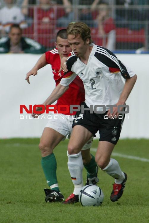 Fussball Laenderspiel EM-Vorbereitung Deutschland vs Ungarn 0:2<br /> Zweikampf zwischen Szabolcs Huszti und Andreas Hinkel <br /> <br /> <br /> Foto &copy; nordphoto/Guenter Schroeder  *** Local Caption *** Foto ist honorarpflichtig! zzgl. gesetzl. MwSt<br /> Belegexemplar erforderlich<br /> Adresse: nordphoto<br /> Georg-Reinke-Strasse 1<br /> 49377 Vechta