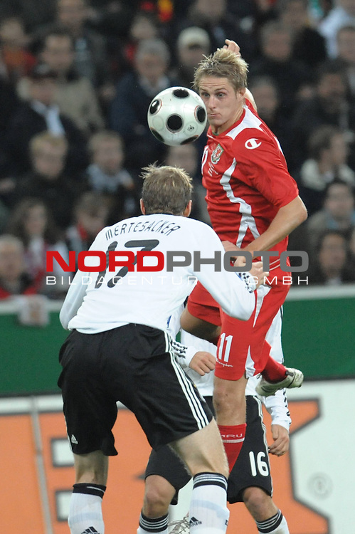 Fu&szlig;ball, L&auml;nderspiel, WM 2010 Qualifikation Gruppe 4 in M&ouml;nchengladbach ( Borussia Park ) <br />  Deutschland (GER) vs. Wales ( GB )<br /> <br /> David Edwards (Wales #11) und Per Mertesacker ( Ger / Werder Bremen #17)<br /> <br /> Foto &copy; nph (  nordphoto  )<br />  *** Local Caption ***