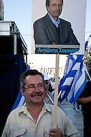 Elezioni in Grecia. Atene, manifestazione conclusiva di Nea Democratia in Piazza Sintagma 15 giugno 2012. Un manifestante porta un manifesto con la foto di Antonis Samaras leader del partito.