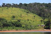 Pequenas embarcações regionais navegam pelo rio Erepecuru; na bacia do rio Trombetas, transportando moradores e produtos para os territórios quilombolas e indígenas. cujos habitantes sofrem forte pressão da indústria mineral,  com a retirada de bauxita pela Mineração Rio do Norte, o comércio ilegal dos madeireiros além do Plano Nacional de Energia 2030,  e seus projetos de 15 hidrelétricas para Bacia do Trombetas.Oriximiná, Pará, Brasil.Foto Paulo Santos24/09/2016