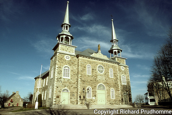 Eglise Saint-Joseph, Deschambault,. In 1965 it was named a  Quebec historic monument. The Church was built in 1835 to replace the first one that was built in 1730. One of the many historic buildings along the Chemin du Roy.