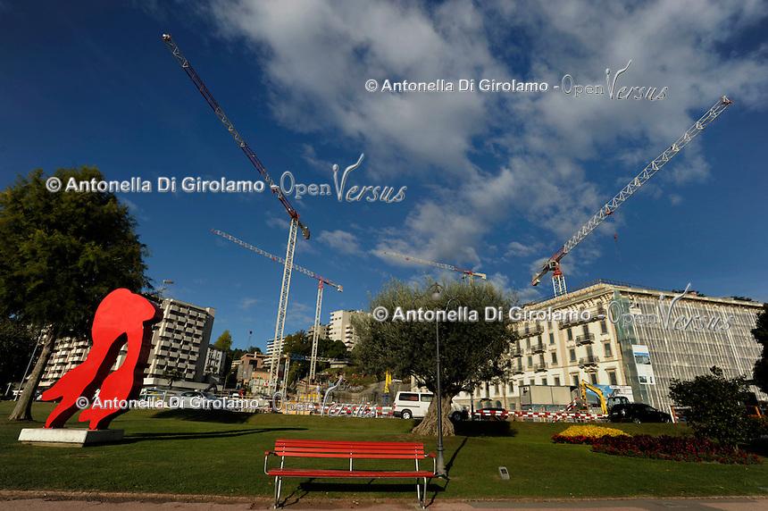 Lugano.Il lungolago e sullo sfondo palazzi in ristrutturazione.