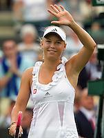 21-06-11, Tennis, England, Wimbledon, Caroline Wozniacki wuift naar het publiek, zij plaatst zich eenvoudig voor de tweede ronde
