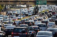 SÃO PAULO, SP, 07.02.2014 – TRÂNSITO EM SÃO PAULO: Trânsito na Av. 23 de Maio, próximo ao Parque do Ibirapuera, zona sul de São Paulo na tarde desta sexta feira. (Foto: Levi Bianco / Brazil Photo Press).