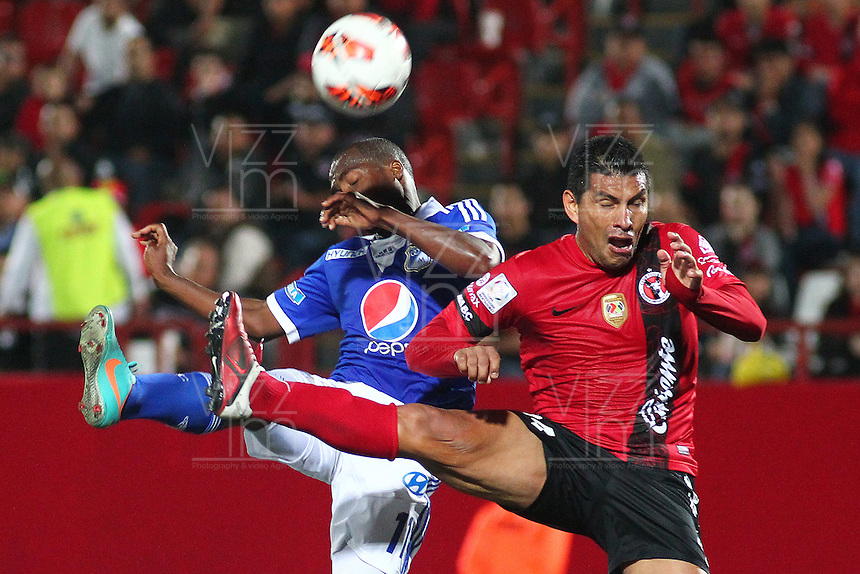 TIJUANA -MÉXICO, 10-04-2013. José Gonzalez (D) del Tijuana y Jeison Moreno(I) de Millonarios disputan el balón durante el juego de la fase de grupos de la Copa Libertadores 2013 en el Estadio Caliente en Tijuana, Mexico./  Jose Gonzalez  (r) of Tijuana and Jeison Moreno (l) of Millonarios fight for tha ball during match of the groups stage of Libertadores Cup 2013 at Caliente stadium in Tijuana, Mexico. Photo: Gonzalo Gonzalez /JAM MEDIA/VizzorImage