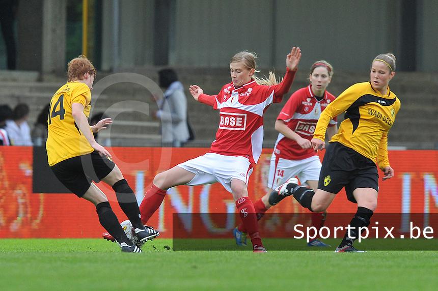 Bekerfinale 2012 : WD Lierse SK - Standard Femina :.Julie Biesmans met de tackle op Lien Mermans voor de toekijkende Lenie Onzia.foto David Catry / Joke Vuylsteke / Vrouwenteam.be