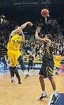 07.01.2018, EWE Arena, Oldenburg, GER, BBL, EWE Baskets Oldenburg vs WALTER Tigers T&uuml;bingen, im Bild<br /> <br /> Barry STEWART (T&uuml;bingen #24 )<br /> Karsten TADDA (EWE Baskets Oldenburg #9)<br /> Foto &copy; nordphoto / Rojahn