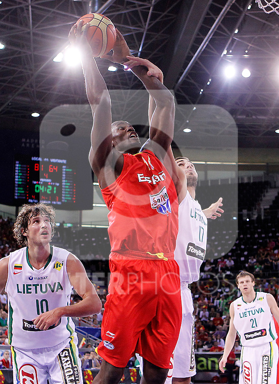 Spain's Serge Ibaka (l) and Lithuania's Jonas Valanciunas during friendly match.August 13,2011. (ALTERPHOTOS/Acero)