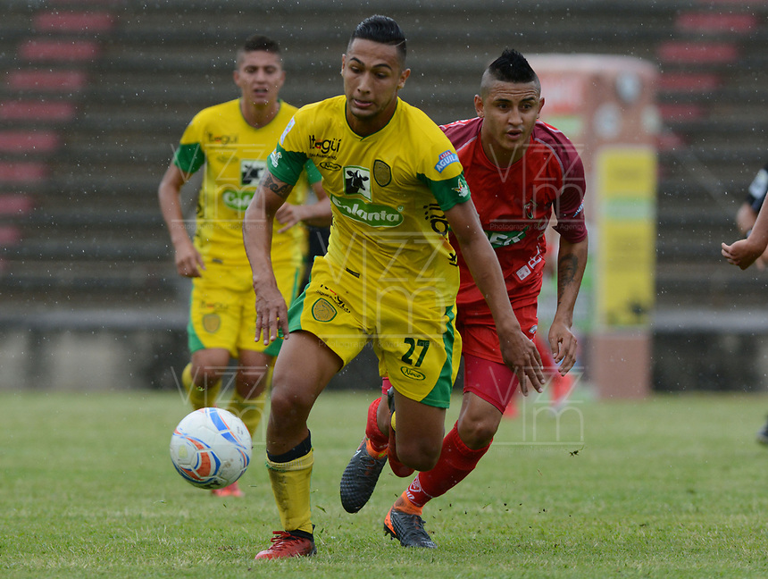 MEDELLÍN- COLOMBIA, 29-04-2018:Jeison Medina  (Izq.) jugador de Leones disputa el balón conPatriotas Boyacá durante partido por la fecha 18 de la Liga Águila I 2018 jugado en el estadio Metropol itano Ciudad de Itagui. / Jeison Medina  (L) player of Leones  fights for the ball with  Patriotas Boyaca during the match for the date 18 of the Liga Aguila I 2018 played at the Metropolitano ciudad de Itagui. Photo: VizzorImage / León Monsalve / Contribuidor