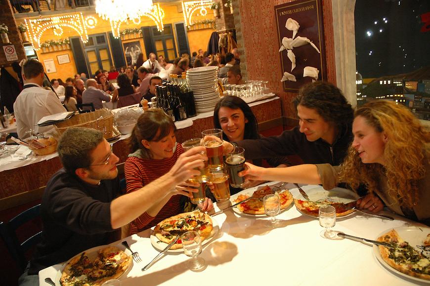 Il ristorante pizzeria Fratelli La Cozza a Torino...The pizzeria restaurant Fratelli La Cozza in Turin...October 2006...Ph. Marco Saroldi/Pho-to.it