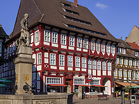 Till Eulenspiegel Brunnen vor Ratsapotheke am Marktplatz, Einbeck, Niedersachsen, Deutschland, Europa<br /> Till Eulenspiegel Fountain and Rats-pharmacy, Einbeck, Lower Saxony, Germany, Europe