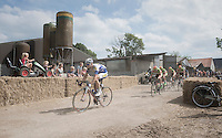 peloton passing through a private fram yard<br /> <br /> 91st Schaal Sels 201691st Schaal Sels 2016