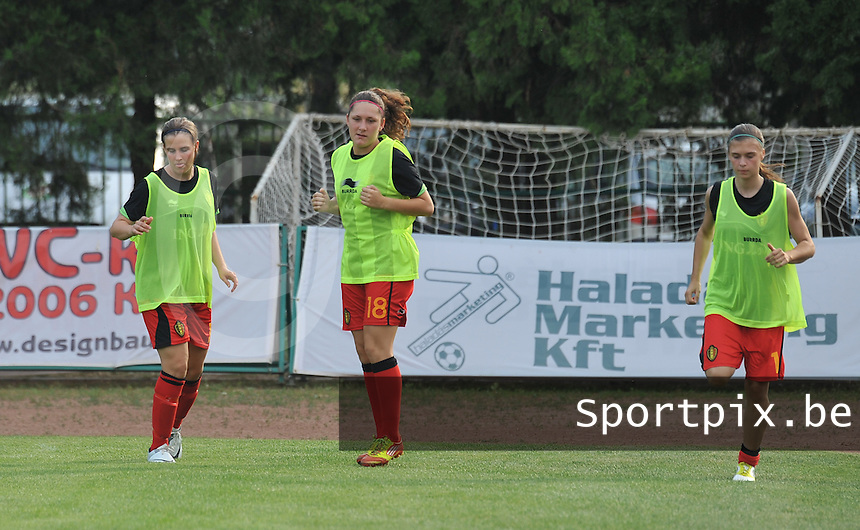 Hungary - Hongarije : UEFA Women's Euro Qualifying group stage (Group 3) - 20/06/2012 - 17:00 - szombathely  - : Hungary ( Hongarije ) - BELGIUM ( Belgie) : Marlies Verbruggen , Laurence Marchal en Anaelle Wiard warmen zich op.foto DAVID CATRY / JOKE VUYLSTEKE / Vrouwenteam.be.