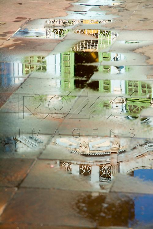 Reflexo de detalhe em casario no centro histórico, São Paulo - SP, 07/2016.