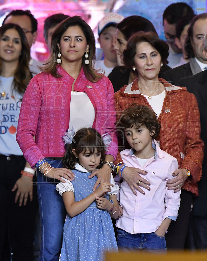 BOGOTA - COLOMBIA, 17-06-2018: Maria Juliana, esposa, y Eloisa y Matias, hijos de Ivan Duque, presidente electo por el partido Centro Democrático durante su alocución al finalizar la segunda vuelta de las elecciones presidenciales de Colombia 2018 hoy domingo 17 de junio de 2018. El candidato ganador gobernará por un periodo máximo de 4 años fijado entre el 7 de agosto de 2018 y el 7 de agosto de 2022. / Maria Juliana, wife, and Eloisa and Matias, children of Ivan Duque, presidential president elected  for the Centro Democratico party, after Colombia's second round of 2018 presidential election today Sunday, June 17, 2018. The winning candidate will govern for a maximum period of 4 years fixed between August 7, 2018 and August 7, 2022. Photo: VizzorImage / Gabriel Aponte / Staff