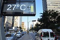 SAO PAULO, SP, 13 DE MAIO DE 2013 - CLIMA TEMPO - SAO PAULO -  Relógio da Avenida Paulista registra qualidade regular do ar na tarde nesta segunda feira, 13, região central da capital.  (FOTO: ALEXANDRE MOREIRA / BRAZIL PHOTO PRESS)