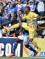 BOGOTA - COLOMBIA -27 -09-2015: Deiver Machado (atrás) jugador de Millonarios disputa el balón con Arnold Palacios (Izq) jugador de Atlético Huila durante por la fecha 14 de la Liga Águila II 2015 jugado en el estadio Nemesio Camacho El Campín de la ciudad de Bogotá./ Deiver Machado (back) player of Millonarios fights for the ball with Arnold Palacios (L) player of Atletico Huila during the match for the date 14 of the Aguila League II 2015 played at Nemesio Camacho El Campin stadium in Bogota city. Photo: VizzorImage / Gabriel Aponte / Staff.