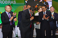 RIO DE JANEIRO, RJ, 13 DE FEVEREIRO DE 2012 - Cerimônia de Posse da nova Presidente da Petrobrás  - O Ex-Presidente da Petrobras, Sergio Gabrielli,  recebe uma placa comemorativa, após discurso de despedida, na cerimônia de tomada de posse da nova Presidente da Petrobras, Graça Foster, na sede da Petrobras.<br /> FOTO GLAICON EMRICH - NEWS FREE.