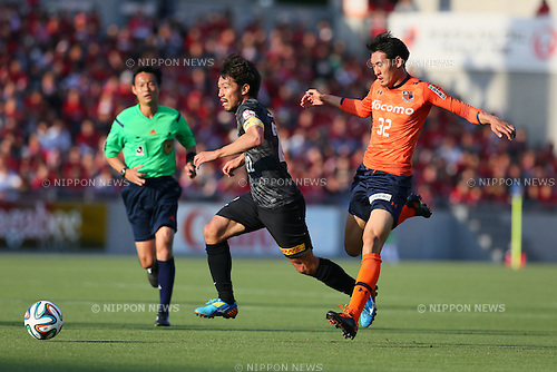 (L-R) Yuki Abe (Reds), Yu Hasegawa (Ardija), MAY 10, 2014 - Football /Soccer : 2014 J.LEAGUE Division 1 match between Omiya Ardija 0-2 Urawa Red Diamonds at NACK5 Stadium Omiya, Saitama, Japan. (Photo by Yohei Osada/AFLO SPORT) [1156]