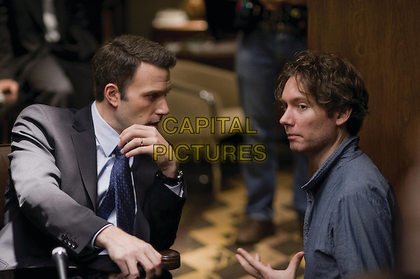 KEVIN MACDONALD (director) & BEN AFFLECK.on the set of  State of Play.*Filmstill - Editorial Use Only*.CAP/FB.Supplied by Capital Pictures.