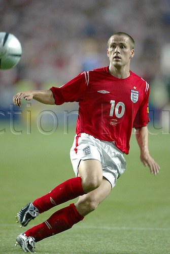 June 21, 2004: England striker MICHAEL OWEN keeps his eye on the ball during the Euro 2004 Group B match between England and Croatia. England won the game 4-2 to advance to the quarter finals. Estadio Da Luz, Lisbon Photo: Neil Tingle/Action Plus...Soccer Football 040621  european championships uefa  player  stadium of light
